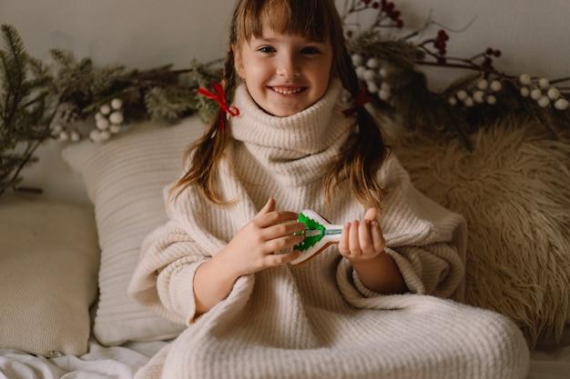 메리 크리스마스, 해피 홀리데이. 아이가 진저 브레드 쿠키를 가지고 놀아요. 크리스마스를 기다리고 있습니다.
