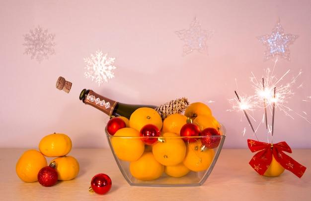 メリークリスマスと新年あけましておめでとうございますシャンパンとベンガルの火のボトル