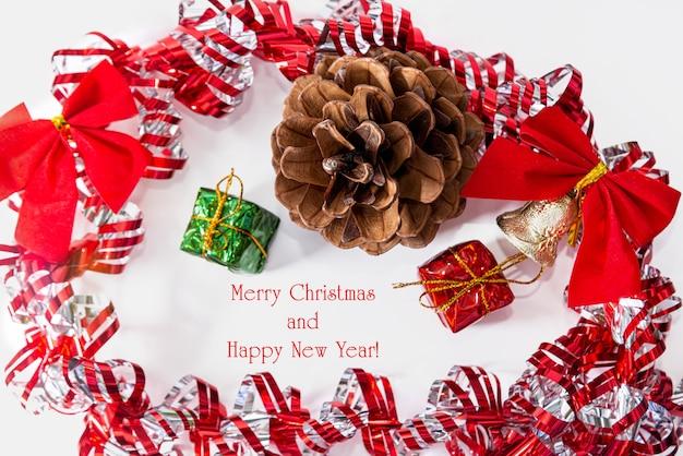 メリークリスマス、そしてハッピーニューイヤー。新年の装飾が施された新年の背景。