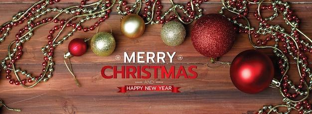 소셜 미디어 웹사이트 또는 팬 페이지 장식의 머리나 표지를 위한 메리 크리스마스와 새해 복 많이 받으세요. 사용할 준비가 된 xmas 축복 편지 텍스트로 나무 배경에 소품, 빨간 공을 장식하십시오.
