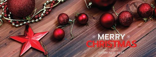 소셜 미디어 웹사이트 또는 팬 페이지 장식의 머리나 표지를 위한 메리 크리스마스와 새해 복 많이 받으세요. 크리스마스 축복 텍스트와 빨간 별과 공이 있는 편지 장식 장식품의 사진.