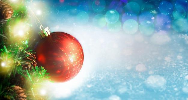 メリークリスマスと新年あけましておめでとうございますお祝いconceptbackgroundwith snowychristmas tree and ball
