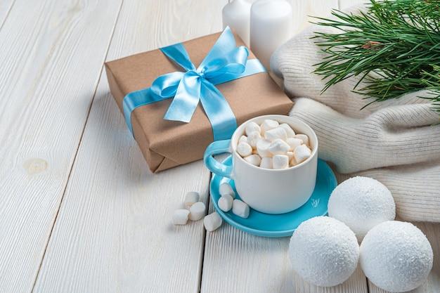 メリークリスマス、そしてハッピーニューイヤー。白い背景の上のクリスマスの装飾、ギフト、コーヒー。