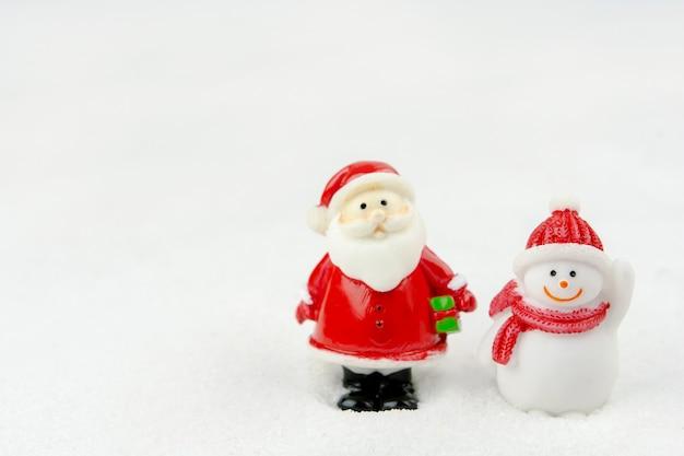 기쁜 성 탄과 새 해 복 많이 받으세요 개념입니다. 복사 공간이 있는 눈 위의 귀여운 산타 클로스 그림과 나무