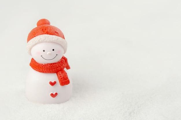 기쁜 성 탄과 새 해 복 많이 받으세요 개념입니다. 복사 공간 눈에 귀여운 눈사람 그림