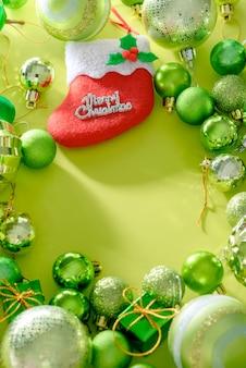 С рождеством и новым годом концепция с празднование шары зеленого цвета другие украшения