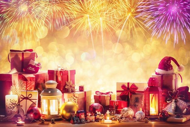 コピースペースでお祝いの花火のためのメリークリスマスと新年あけましておめでとうございますの装飾。