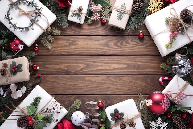 С рождеством и новым годом украшение на деревянном столе