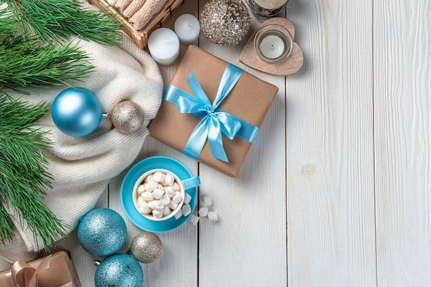 メリークリスマス、そしてハッピーニューイヤー。一杯のコーヒーとクリスマスの装飾とお祝いの背景。上面図、コピースペース。