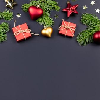 メリークリスマスと新年あけましておめでとうございますグリーティングカード、モミの枝、プレゼント、黒の装飾