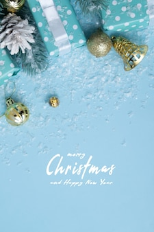 눈 속에서 선물 상자와 함께 메리 크리스마스와 새 해 복 많이 인사말 카드