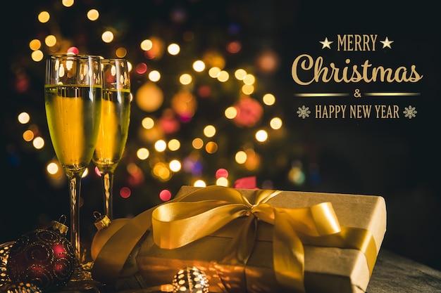 Поздравительная открытка с рождеством и новым годом с надписями, рождественские украшения и шампанское.