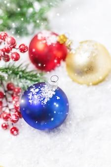 メリークリスマスと新年あけましておめでとうございます、休日のグリーティングカードの背景。セレクティブfocus.holidays