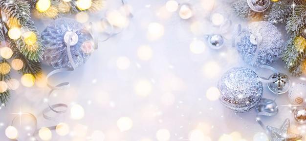 メリークリスマスと新年あけましておめでとうございます、背景のボケ味がぼやけている休日グリーティングカード