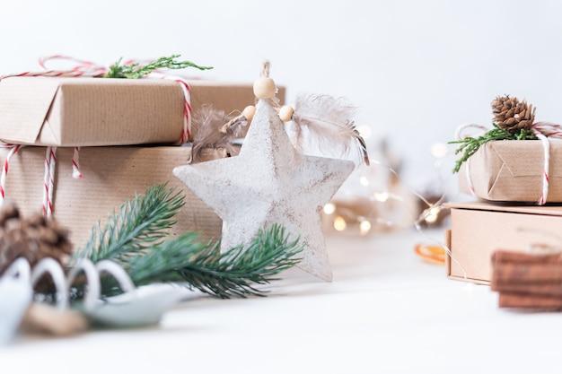 Счастливого рождества и счастливого нового года на белом фоне праздники поздравительная открытка рождественские огни и