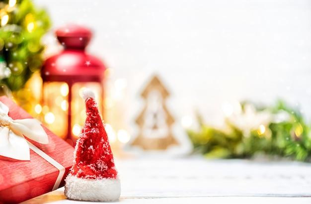 Веселого рождества и счастливого нового года. праздник зимнего сезона со снегом и украшениями.