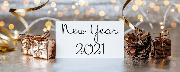 메리 크리스마스와 메리 새 해 선물 상자와 텍스트 새 해 2021 인사말 카드 개념