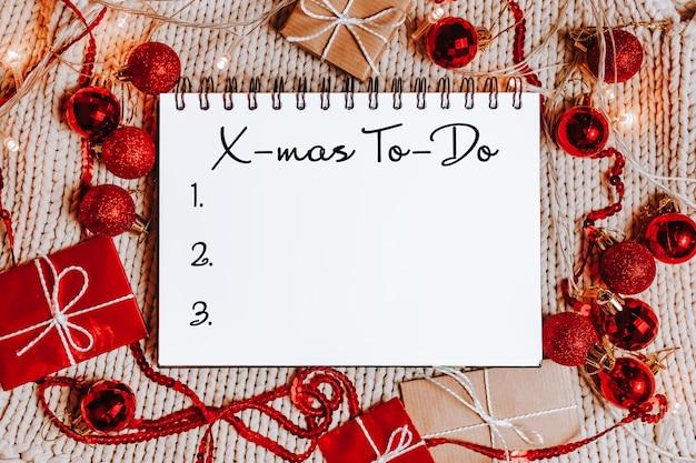 선물 상자, 장난감 및 텍스트 x-mas to-do 노트북으로 메리 크리스마스와 메리 새 해 개념