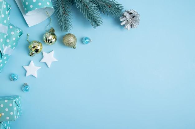 메리 크리스마스와 새해 선물은 장식과 텍스트를 위한 장소로 포장됩니다. 크리스마스 아트 배경