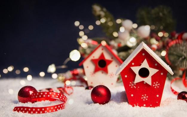 メリークリスマスと年末年始の背景、木の背景に装飾が施された燃えるろうそく