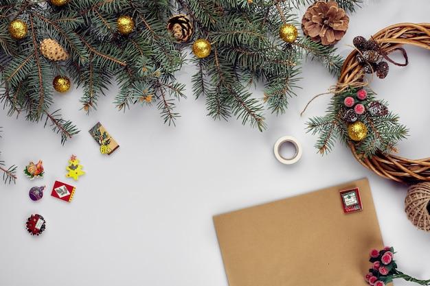 メリークリスマスカードと封筒のクリスマスの装飾の背景フラットレイトップビュー