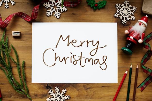 Рождественская открытка с рождеством на деревянном столе