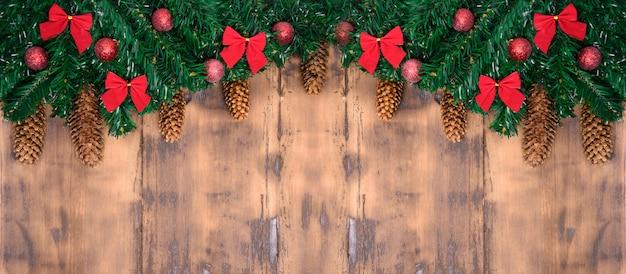 メリークリスマスカード。冬の休日のテーマ。明けましておめでとうございます。テキスト用のスペース。木製の背景