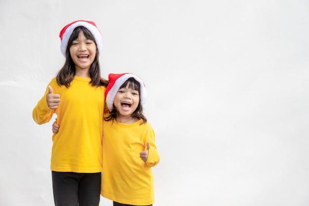 Счастливого рождества. дети весело празднуют рождество. братья и сестры готовы отпраздновать рождество или встретить новый год.