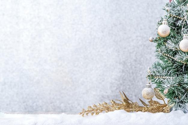 메리 크리스마스입니다. 눈에 금 공 크리스마스 장식입니다.