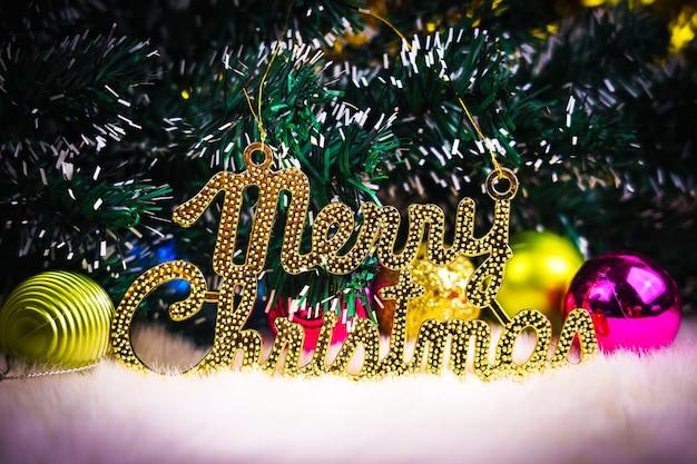 白い背景の上の装飾とメリークリスマスの構成