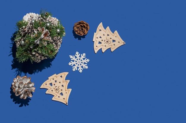 コピースペースと青いテーブルの背景に装飾的な装飾要素とメリークリスマスの概念。