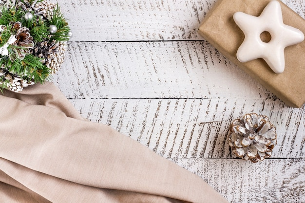 コピースペースと白い木製のテーブルの背景にギフトボックスと飾り要素とメリークリスマスのコンセプト。