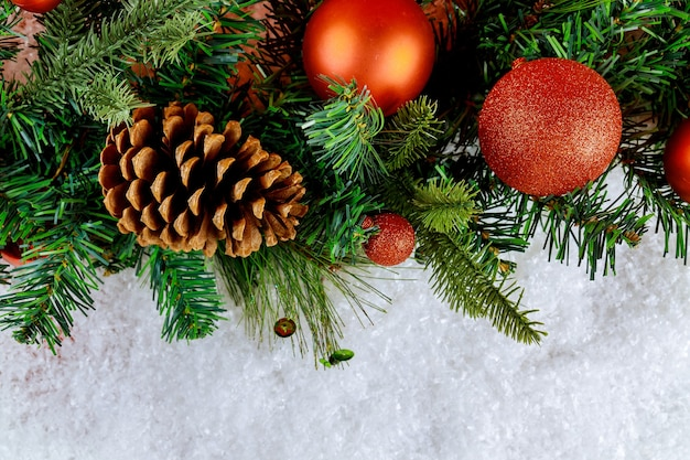 분기 소나무 콘 크리스마스 시간 배경으로 눈에 메리 크리스마스 장식 볼