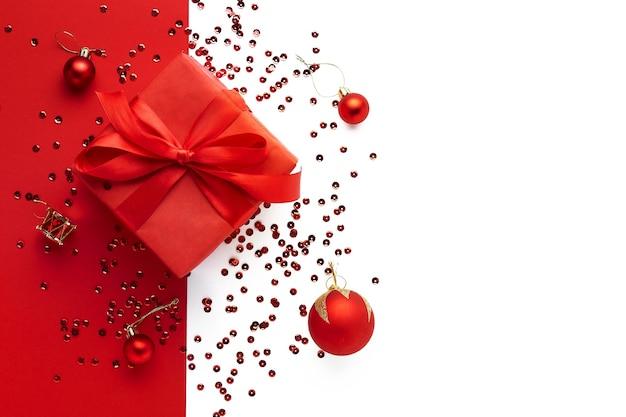 メリークリスマスフラットは赤いギフトボックスと赤いボールで横たわっていた
