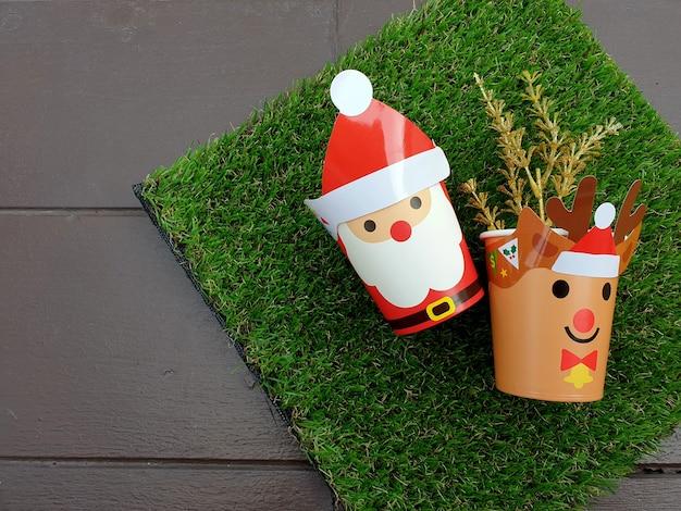 人工緑の草の背景にメリークリスマスギフト
