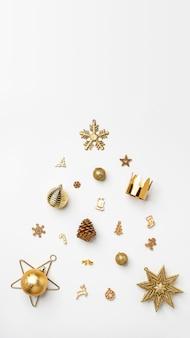 С рождеством христовым золотой блестящий текст с роскошными рождественскими украшениями на белом столе. с новым годом