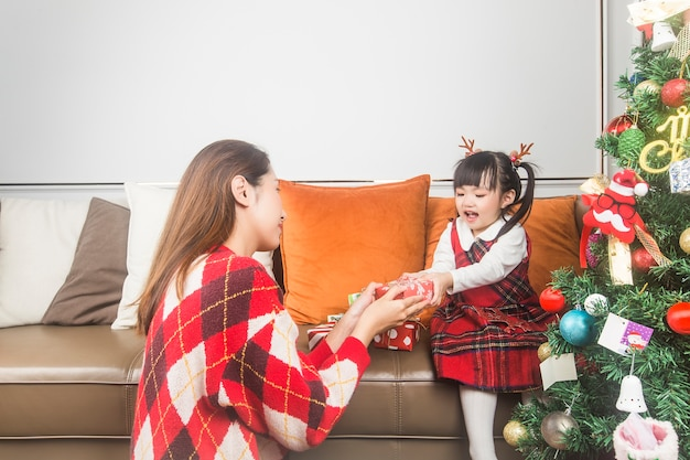 Merry christmas and happy holidays! holidays and childhood concept .happy little smiling girl with christmas gift box.