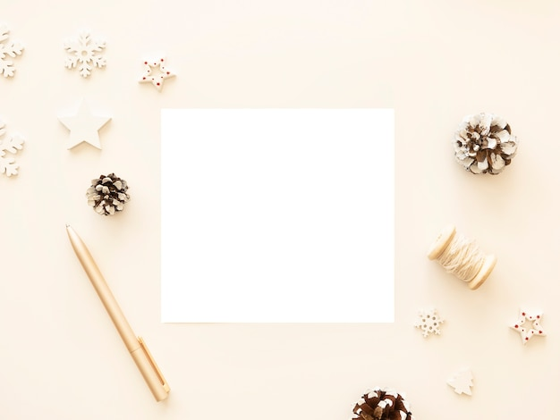 松ぼっくりとクリスマスの装飾が施されたメリークリスマスの手紙のモックアップ。