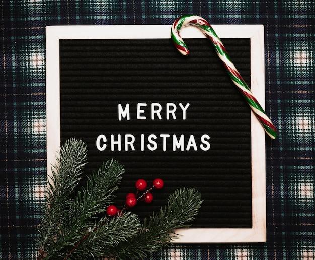 Счастливого рождества надписи пластиковыми буквами на старой винтажной доске для писем. вид сверху. флэтли. рождественская открытка.