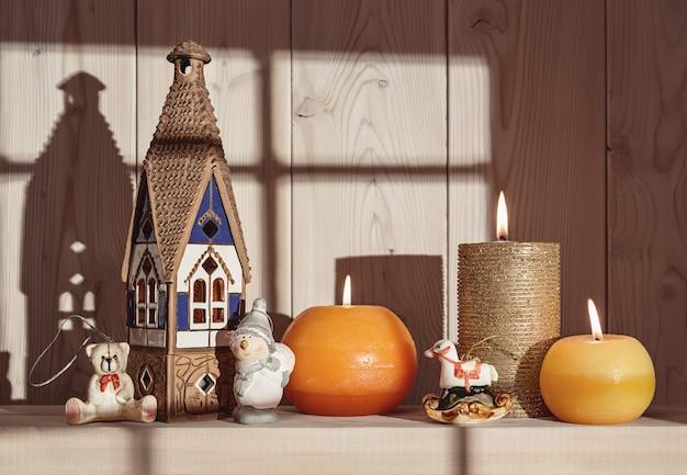 メリークリスマス。冬休み用のロウソクやその他のアクセサリー。