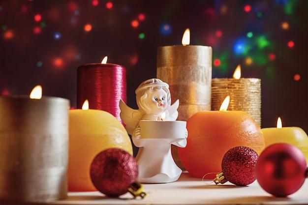 Счастливого рождества. зажженные свечи и другие аксессуары для зимних праздников.
