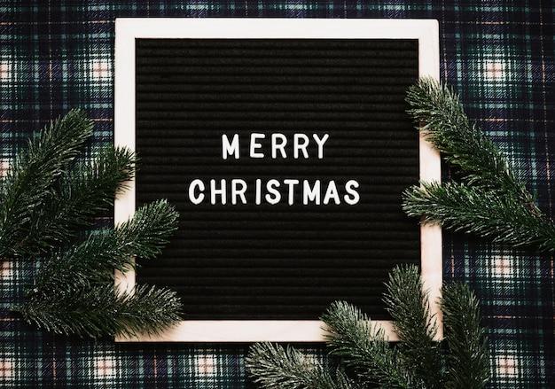 С рождеством христовым сообщение на старой винтажной доске для писем. вид сверху. флэтли. готовая рождественская открытка.