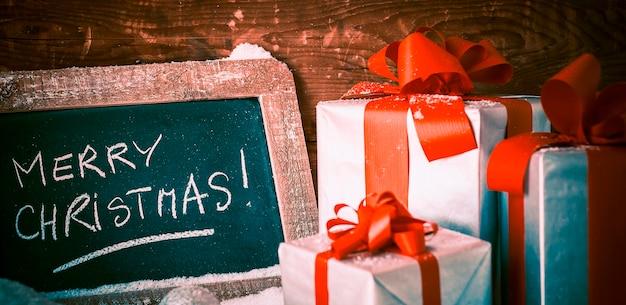 선물 슬레이트에 메리 크리스마스.