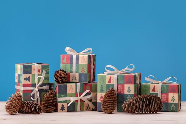 С рождеством христовым сосновые шишки и подарки в декоративной бумаге