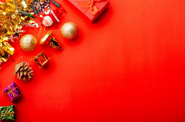 金と光沢のある装飾的な要素を持つメリークリスマス赤い背景