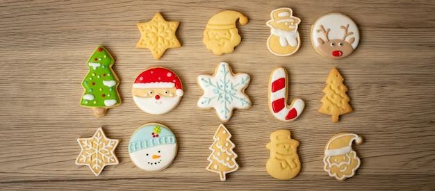 나무 테이블 배경에 홈메이드 쿠키와 함께 메리 크리스마스. 크리스마스, 파티, 휴일 및 새 해 복 많이 받으세요 개념
