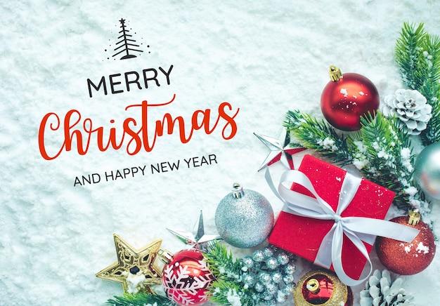 雪の背景に飾りが付いたメリークリスマスクリスマスのコンセプトや新年のお祝いのアイデアt
