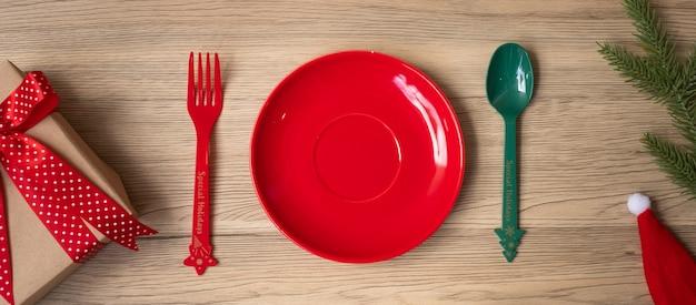 나무 테이블 배경에 접시, 포크, 숟가락으로 메리 크리스마스. 크리스마스, 파티 및 새 해 복 많이 받으세요 개념