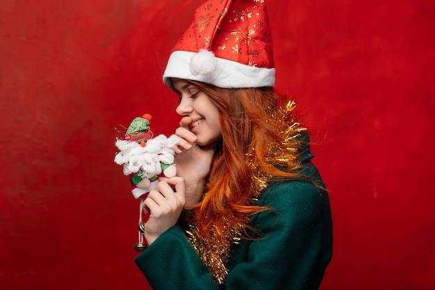 キャップと見掛け倒し、明るい背景で新年のメリークリスマス女性