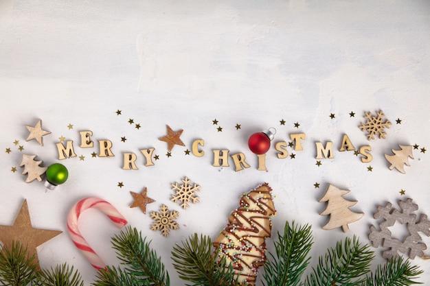 木製の手紙、クッキー、クリスマスの飾りで書かれたメリークリスマス